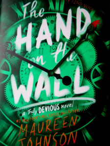 Buchcover: The Hand on the Wall by Maureen Johnson