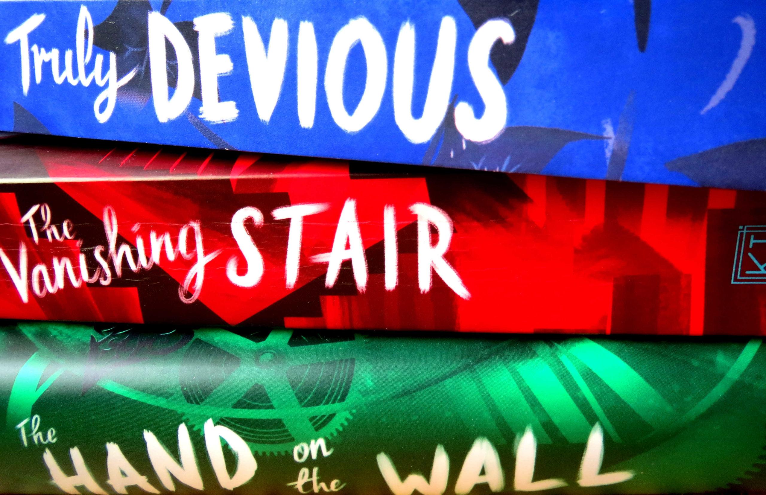 Buchstapel: Truly Devious Series by Maureen Johnson