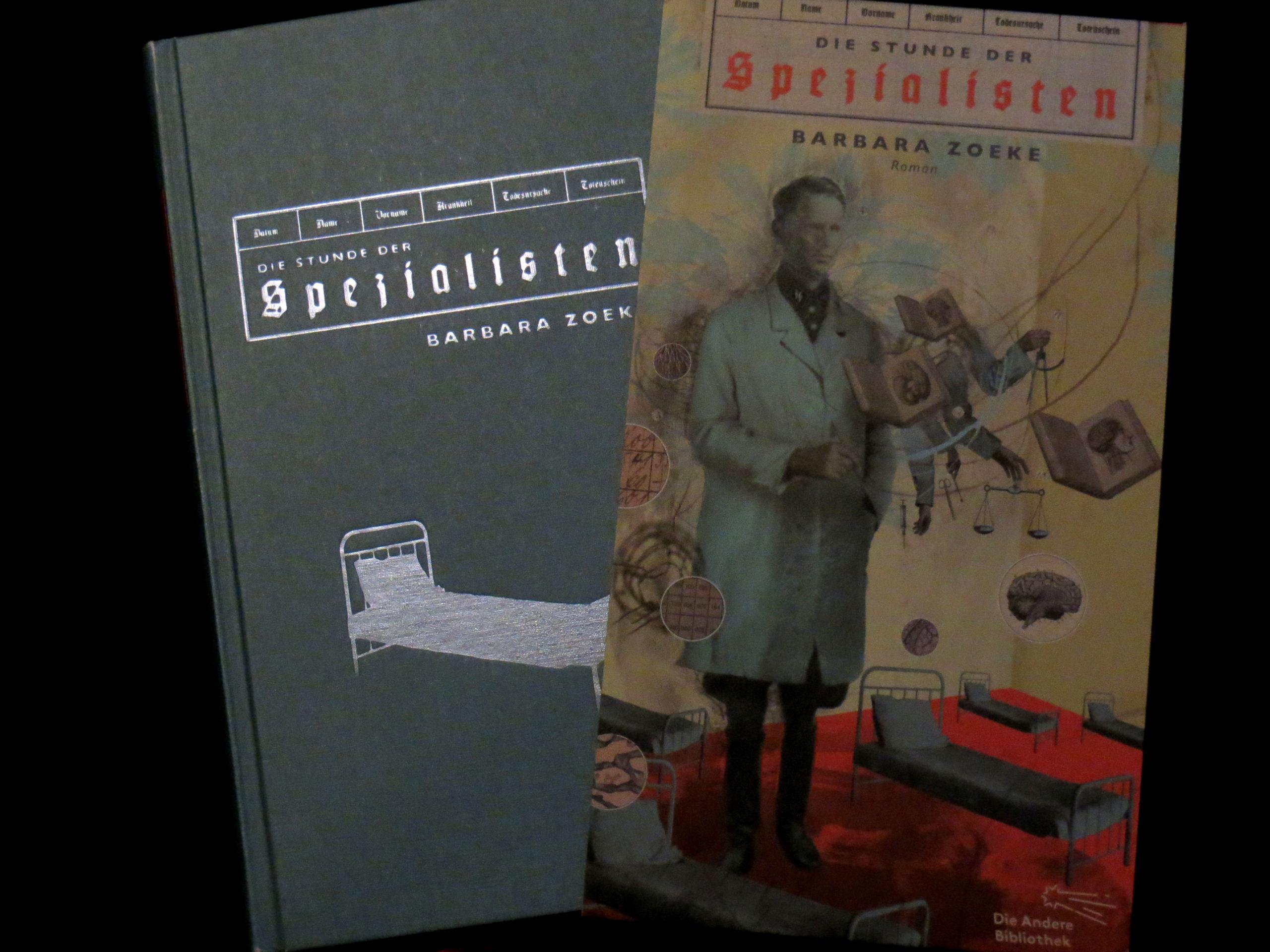 """Buchdeckel sowie kunstvolles Cover der """"Stunde der Spezialisten"""" von Barbara Zoeke. Zu sehen ist ein surreal angehauchtes Bild, mit einem NS-Arzt im Zentrum, darum herum verschiedene Gegenstände, wie Krankenhausbetten, Lehrbücher und eine Waage."""