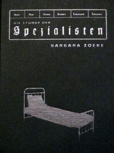 """Buchdeckel der """"Stunde der Spezialisten"""" von Barbara Zoeke. In den Karton eingestanzt ist die Silhouette eines Krankenhausbetts."""