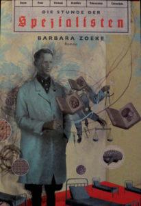 """Kunstvolles Cover der """"Stunde der Spezialisten"""" von Barbara Zoeke. Zu sehen ist ein surreal angehauchtes Bild, mit einem NS-Arzt im Zentrum, darum herum verschiedene Gegenstände, wie Krankenhausbetten, Lehrbücher und eine Waage."""
