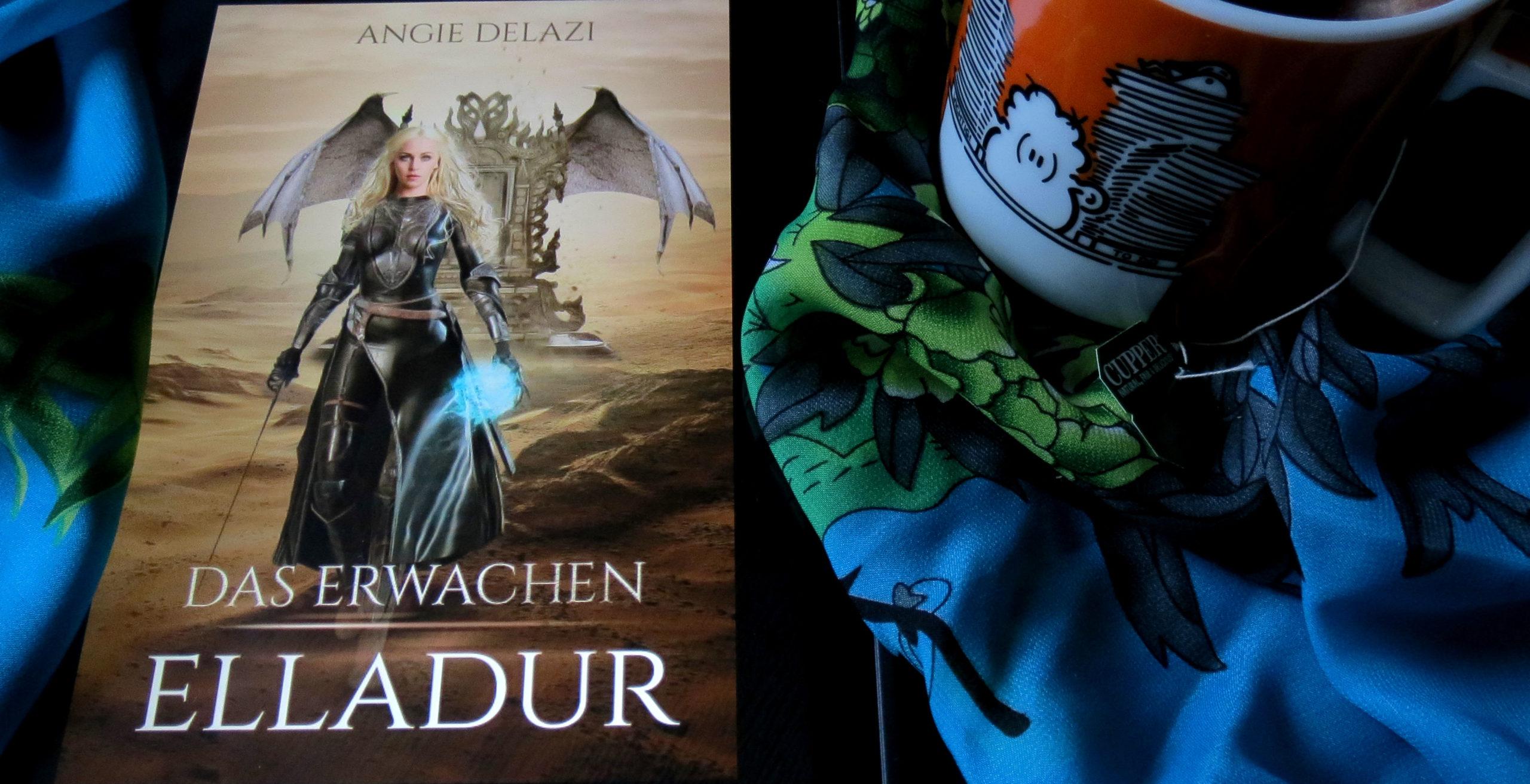 """Ein Tablet mit dem E-Book-Cover von Angi Delazis """"Elladur: Das Erwachen"""". Daneben ist ein Teil einer gefüllten Teetasse zu sehen. Im Hintergrund befindet sich ein blaugrünes Tuch mit floralem Muster."""