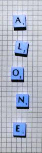 """""""Alone"""" gelegt mit Scrabble-Buchstaben"""