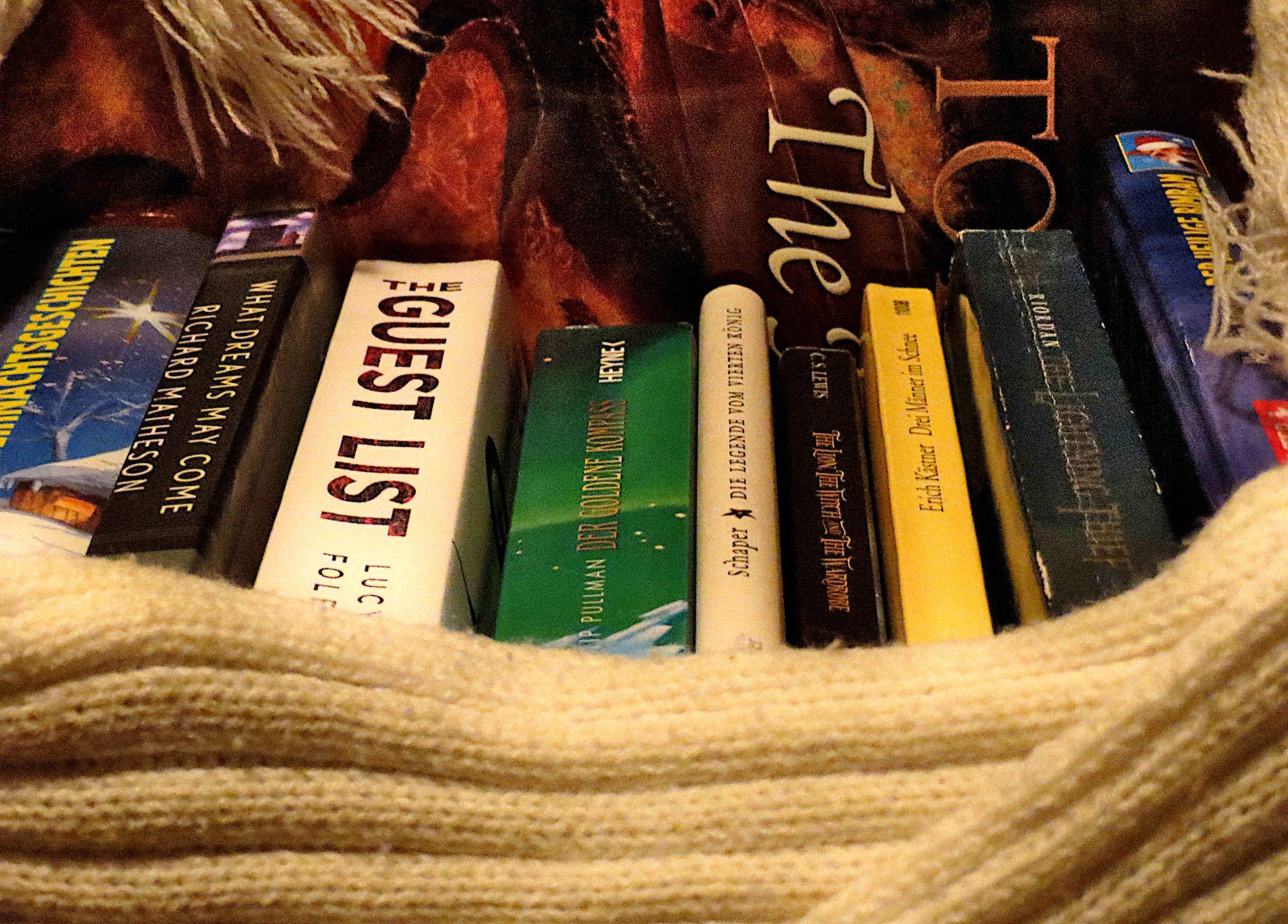 """Top Ten Weihnachtsspecial: Charles Dickens """"Weihnachtsgeschichten"""", Richard Matheson """"What Dreams May Come"""", Lucy Foley """"The Guest List"""", Philip Pullman """"Der Goldene Kompass"""", Edzard Schaper """"Die Legende vom vierten König"""", C.S. Lewis """"Narnia"""", Erich Kästner """"Drei Männer im Schnee"""", Rick Riordan """"The Lightning Thief"""", Herrmann Mensing """"Der heilige Bimbam"""", J.R.R Tolkien """"The Hobbit"""""""